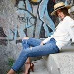 Camasa alba lejera si jeansi cu aspect uzat