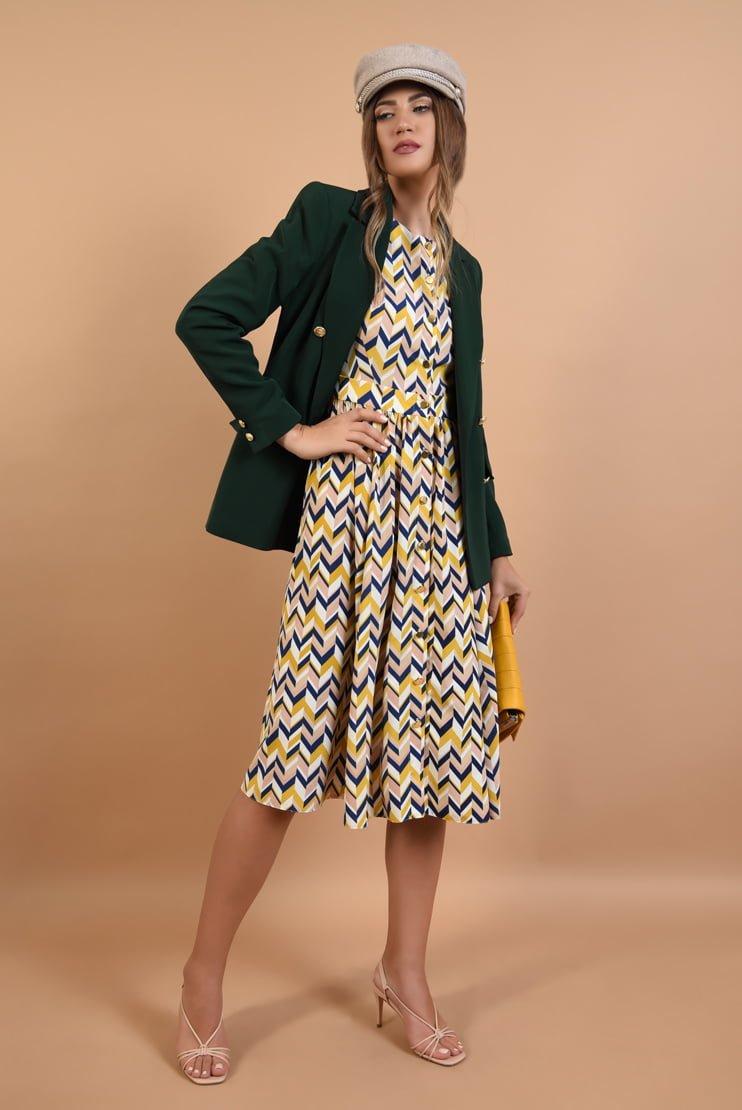Rochie cu imprimeu chevron si sacou verde