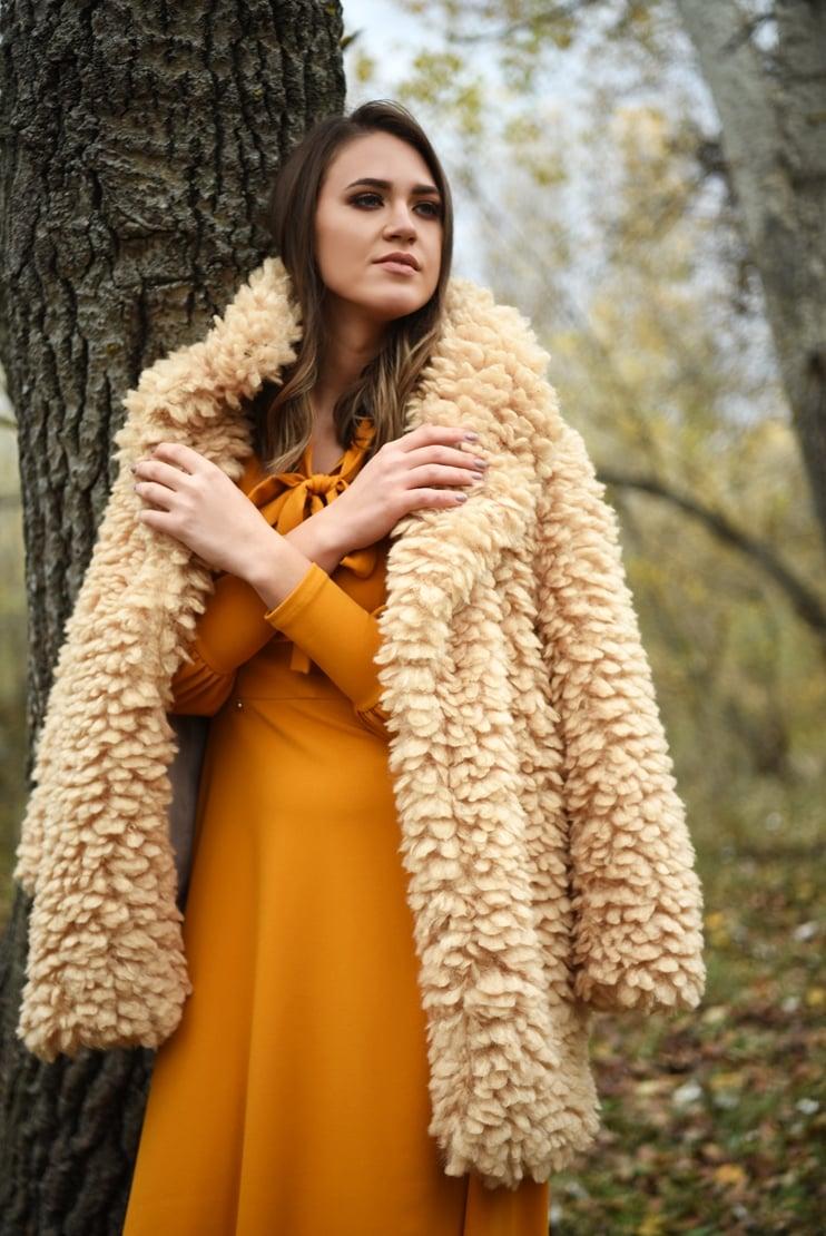 Jacheta din plus si rochie mustar cu funda