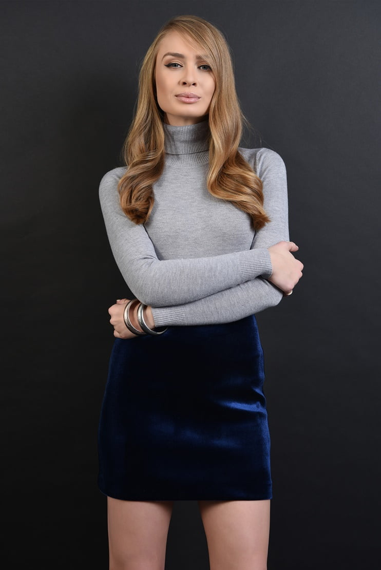 Bluza din tricot gri si fusta mini din catifea