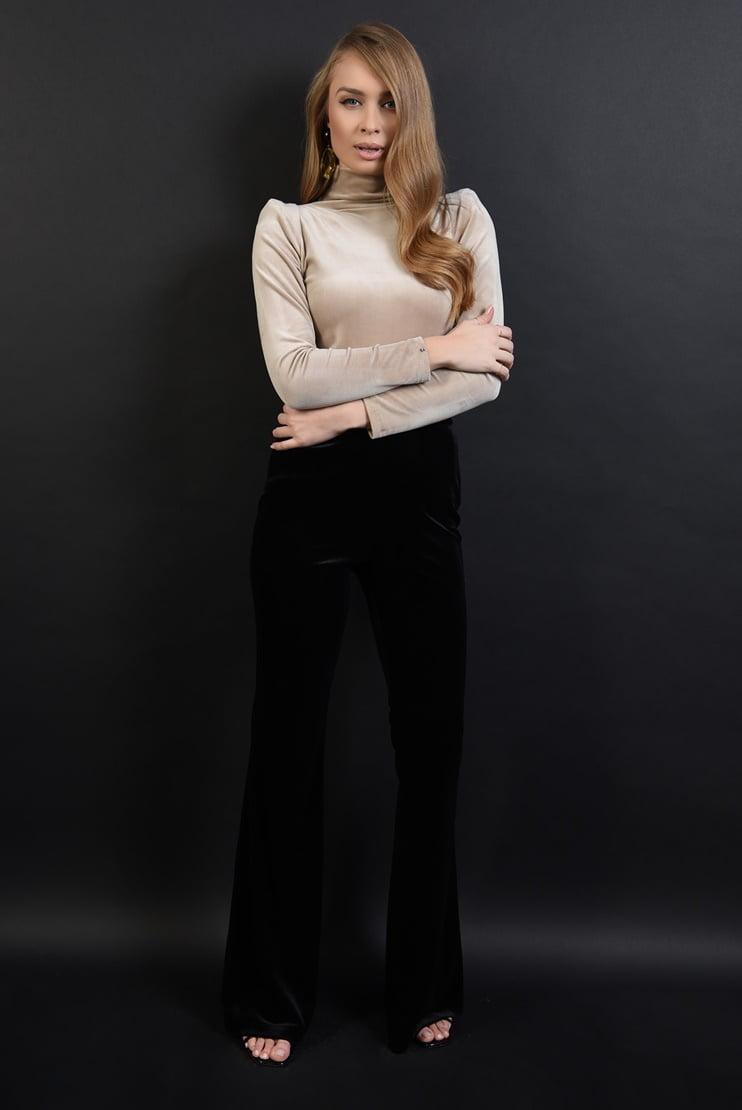 Pantaloni din catifea si bluza cu decupaj la spate