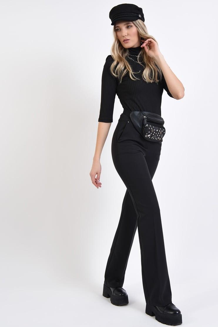 Bluza neagra cu textura reiata si pantaloni drepti