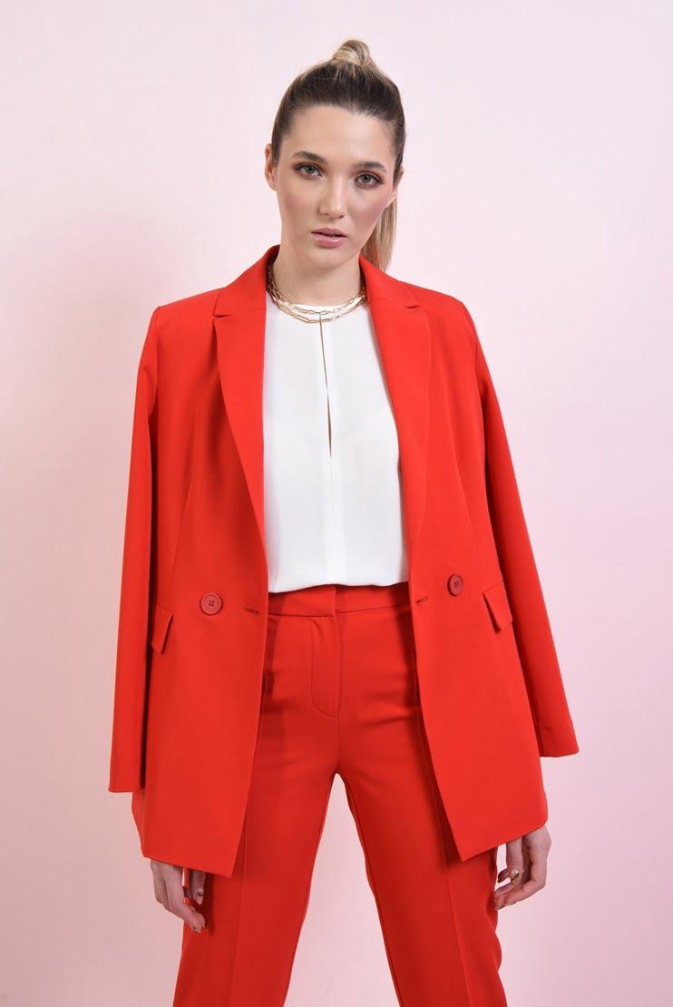 Costum rosu cu pantaloni conici